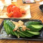 満マル - トマトスライス¥290、きゅうり一本漬け¥190