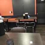 新福菜館 - 清潔感のある、店内