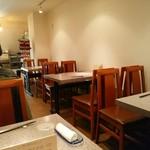 中国四川料理 梅香 - 白を基調とした落ち着いた雰囲気