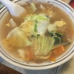 47767503 - スープ餃子(750円):◎                       野菜たっぷりのスープの中に餃子が6個。                       王さまの餃子とは真逆の、お肉がたっぷり入った餃子。                       餃子は美味しいのはもちろん、スープが美味しいです。