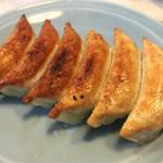 47767505 - 王さまの餃子(420円):◎                       皮は薄く焼き目部分はパリッとして香ばしく、中の餡は綺麗な淡い黄緑色。                       野菜の甘みがあり滑らかな舌触りで、とても上品な餃子。