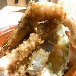天ぷら海鮮友福 - 大き過ぎて?海老がピンとそそり立っていませんw
