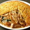 梅蘭 - 料理写真:【看板料理】当店名物!梅蘭やきそば カリッと焼いた焼きそばの間に、豚肉、モヤシ、タマネギなどのトロ~リ、アツアツのあんかけがたっぷり♪大人気の焼きそばは必食です!!