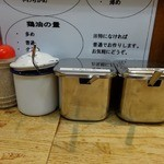 横浜家系 侍 - 「横浜家系 侍」卓上の調味料類
