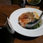 47860440 - 鶏ハムユッケとグラスの赤ワイン
