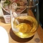 47860454 - グラスの白ワイン
