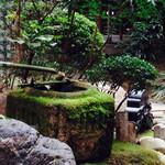 伊右衛門サロン - 窓際からは綺麗なお庭が眺められます