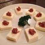 キャラヴァンサライ包 - パニール(手作りフレッシュチーズ)のアンチョビ乗せ