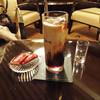 バンブー - ドリンク写真:アイス・コーヒーとベルギーのビスケット