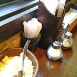 スパゲティーnokishita - 席にあるこなチーズと塩コショウわかりにくいがタバスコもある