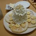 47913940 - パンケーキ(バナナ、ホイップクリームとマカデミアナッツ)1150円、コナコーヒーブレンド450円