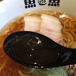 47946032 - 中華そば醤油 スープアップ(レンゲが黒くて・・・)