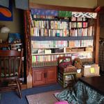 まったり家 - コタツに本棚も民家そのまんま