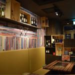 WINE×鉄板料理 ば~る - ポップな雰囲気の店内♬ 流れている音楽はもちろんJAZZ♬