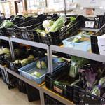 見山の郷 - 野菜は朝一番に行か無いとあっという間に品薄になります