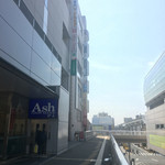 立川飲屋商店 - アレアレアを左手に真っ直ぐ。行き止まりのように見えますが、ビル2階に直結しています。