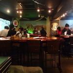 ビアザウルス - 店内(テーブル席)