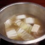 岡半 -  しゃぶしゃぶのスープで野菜を調理している様子です。