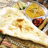 インド・ネパール料理 ナラヤニ - 料理写真:デカいナン! (^∀^)ノ