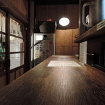丸鶏 白湯ラーメン 花島商店 - 木目を主体に統一した暖色系の温かみあるデザイン。店員の対応もハキハキしてる。