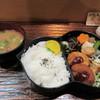 松風 - 料理写真:丁度昼時だったんで地下のレストラン街にあるお店はほぼ満席、私はカウンターを使って食事です。   暫く待つと松風弁当780円の完成です。