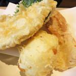 うどん和讃 - 天ぷらの盛り合わせは何種類かあり、こちらは『志成』250円。 鶏肉・ちくわ・半熟卵・大葉の組み合わせです。