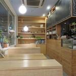 ガーデンカフェ - ナチュラル・ブラウンとグリーンを基調にした店内1
