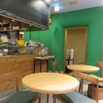 ガーデンカフェ - ナチュラル・ブラウンとグリーンを基調にした店内2