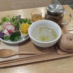 ガーデンカフェ - スープとデリのセット:緑豆のスープ、自家製手ごねベーグル(くるみ)、サラダ(ブロッコリー、カブ、スプラウト、ビーツ、かぼちゃ、紫芋、玉ねぎ)、五行茶(土)1
