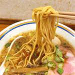 ラーメン暁 - 麺は平打ちのストレート。バツンバツンと強めの食感を持つ、個性的な麺である