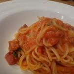 トラットリアコローレ - ◆ベーコン・チーズ・バジルのトマトクリームパスタ・・・トマトソースは優しい味わいだそう。 バジル風味は強くなく隠し味程度だとか。