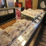 三日月屋 - 店内には既に独特のパッケージに入ったクロワッサンの数々が対面方式で並べられてます