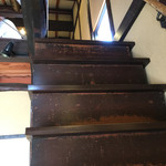 萬御菓子誂處 樫舎 - 急な階段を昇ります。店員さんはかなり早い速度で昇降します。