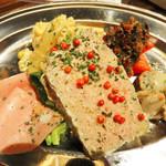 下町ビストロ リカリカ - 前菜4種盛り。 パテドカンパーニュ・トマトのタプナード・ハム・マカロニサラダ・ベビー帆立のマリネ。