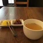 洋食ますだ - 最初に自家製のたくあんと生姜の佃煮、オニオンコンソメスープがでます(2016.3.5)