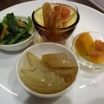 Dining TABI - 前菜4品。かぼちゃ、小松菜のおひたし、トマトピクルス&蓮根、淡路島産タマネギとヤーコン