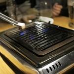 焼肉居酒屋 マルウシミート - ②牛油を網に馴染ませる