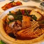 重慶飯店 - 四川什錦砂鍋(ラム肉・エビ・イカの四川風土鍋煮込み)