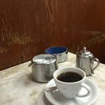 愛養 - 市場の喧騒をよそに静かなコーヒー空間。