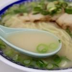 くろいわラーメン - 豚骨と鶏ガラの半濁スープ