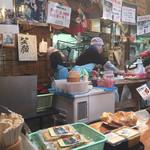 梅本とうふ店 - 試食を頂きながら、忙しそうな店員さん達を見てました−