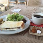 KOTI - 料理写真:ホットコーヒー410円とモーニングセット
