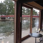 カフェ・ドゥ・パン - 右手に回旋橋が見えます