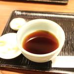 48466057 - 辛汁と天つゆ共用です。                       薬味の山葵は本山葵。