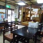 柏屋食堂 - テーブル席と小上がりからなる店内