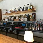 椿サロン・円山ぱんけーき - お酒は飾りなのかな? ボトルがたくさん並んでます。
