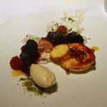 レストラン タテル ヨシノ 銀座 - マスカルポーネのビスキュイスフレ、赤いフルーツのサラダ添え