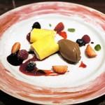 48566140 - レーズン入りマスカルポーネチーズのクレープ、チョコレートソルベ、フルーツ