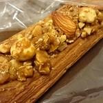 秀のパン工房 窯 - サクサクパイ生地の上に、大きめのナッツやアーモンド。