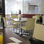 グランカフェ - 店内は開放感あふれる明るくスタイリッシュなレストランです。